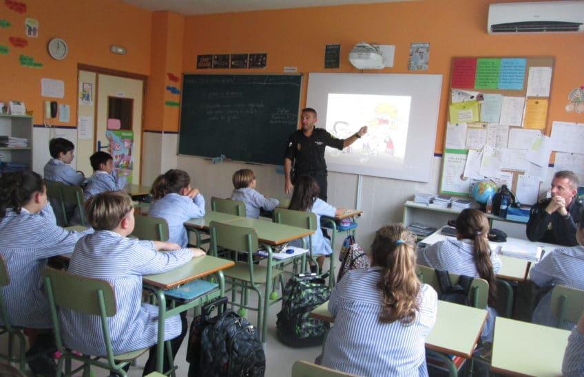 La Policía Nacional visitando a los pequeños