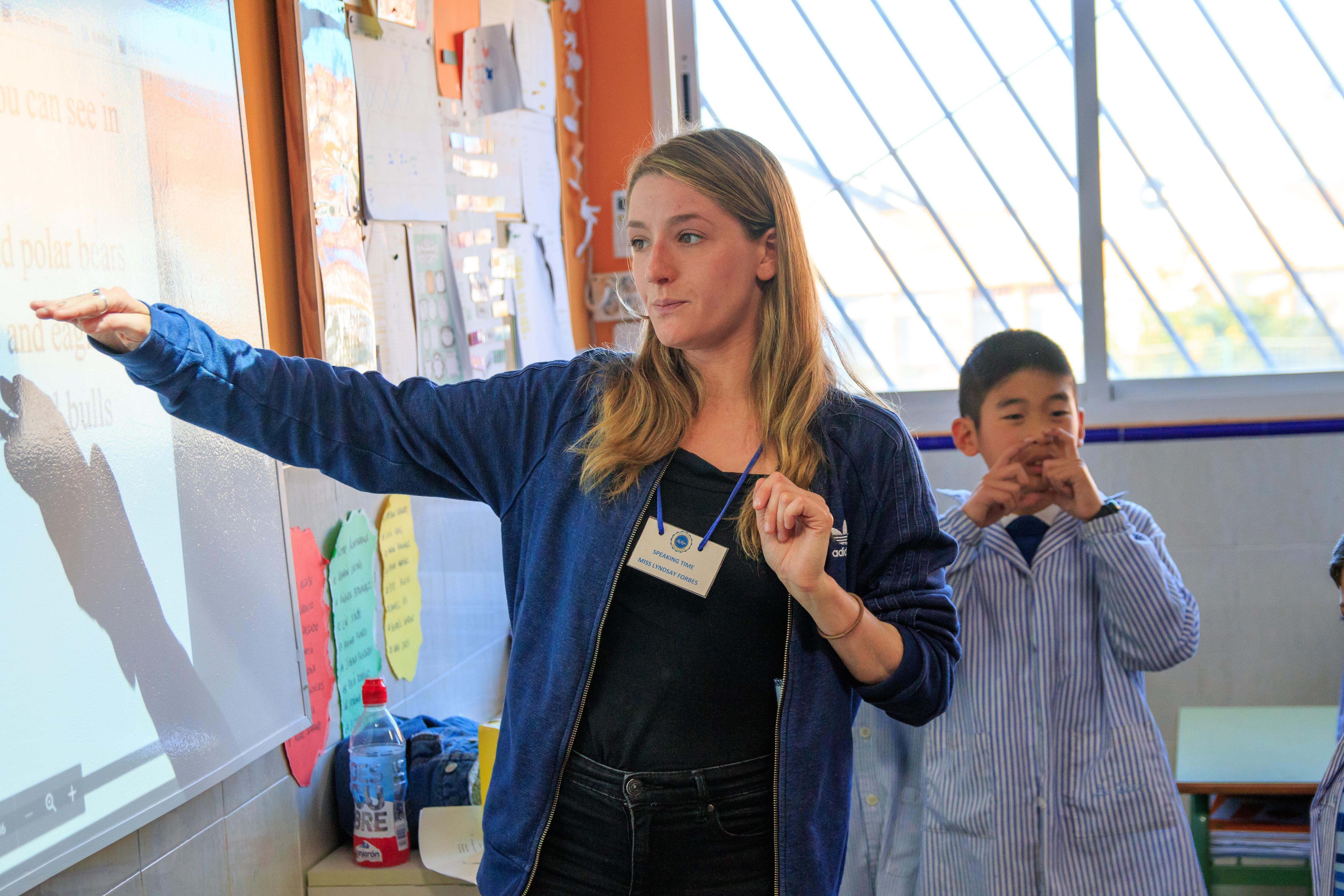 Profesora explicando en el Aula