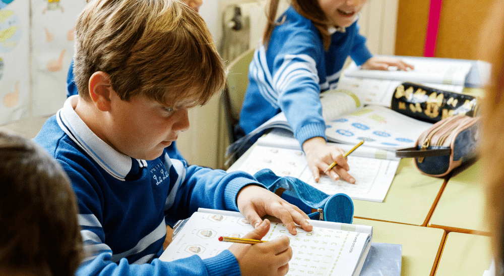 Alumno haciendo deberes en clase