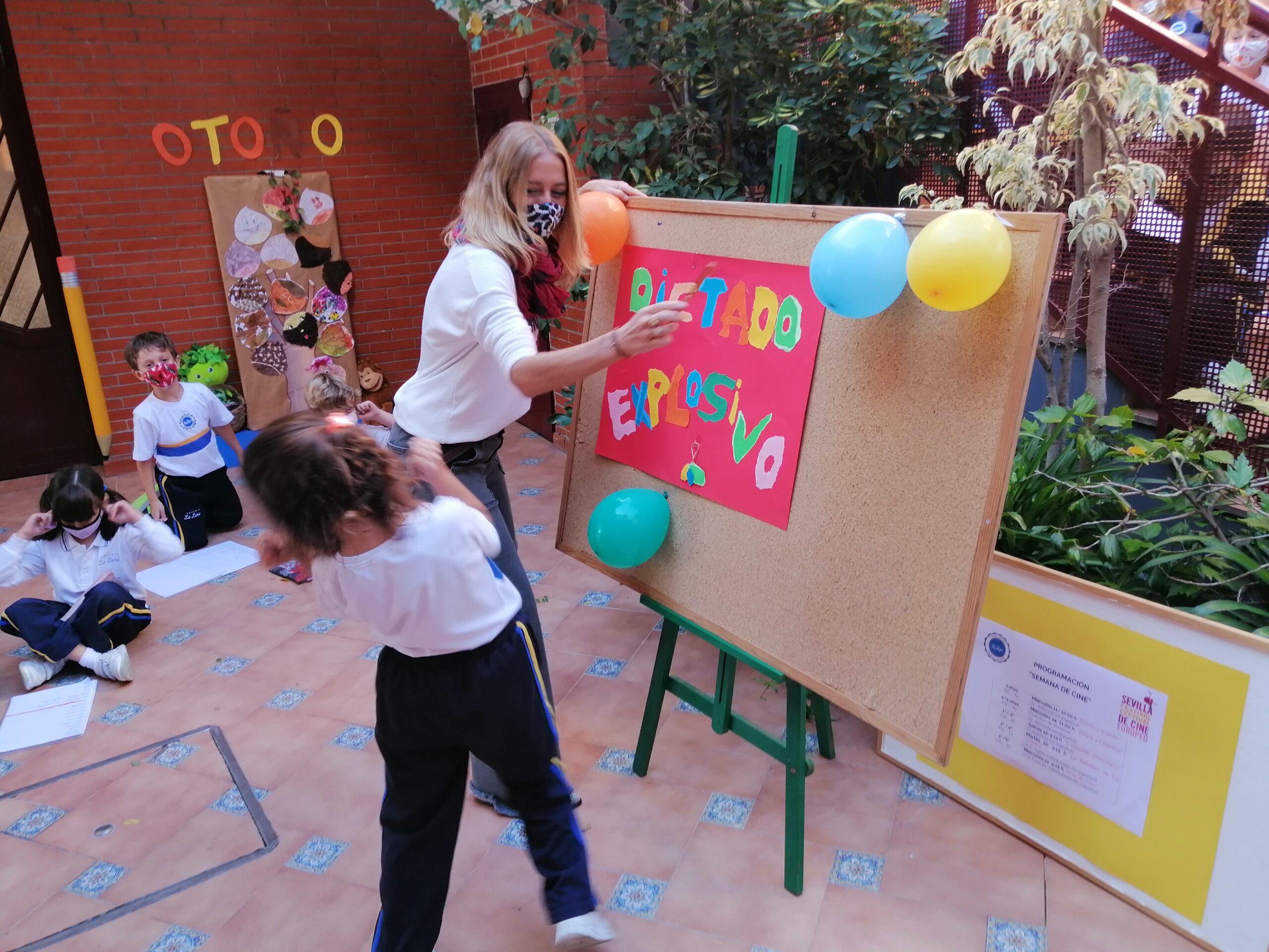 alumno del colegio la luna jugando con profesora